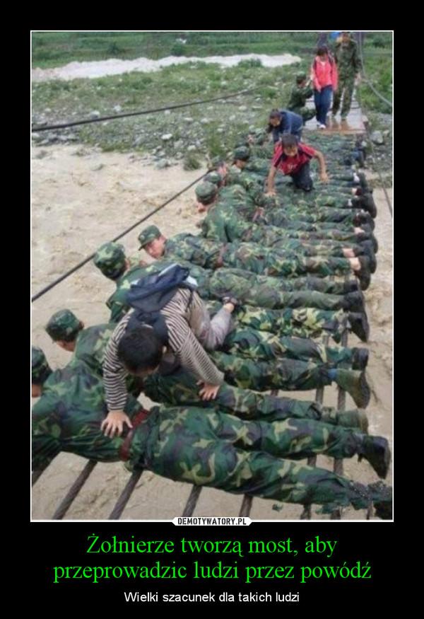 Żołnierze tworzą most, aby przeprowadzic ludzi przez powódź – Wielki szacunek dla takich ludzi