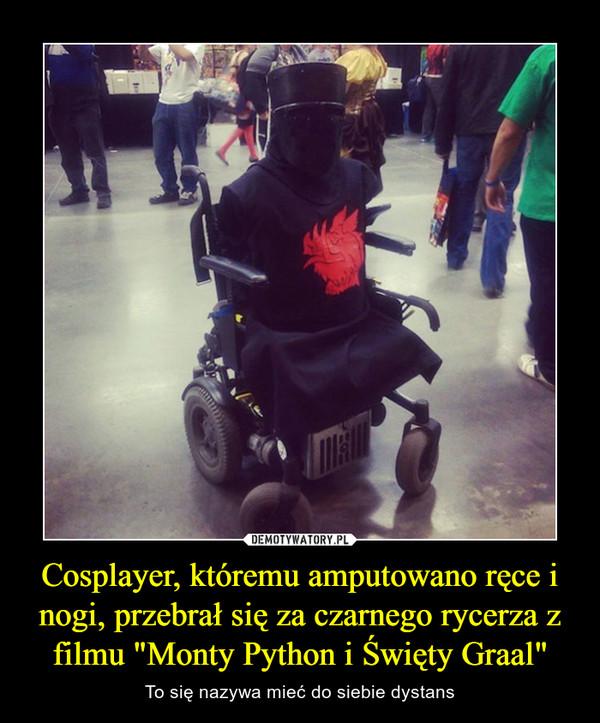 """Cosplayer, któremu amputowano ręce i nogi, przebrał się za czarnego rycerza z filmu """"Monty Python i Święty Graal"""" – To się nazywa mieć do siebie dystans"""