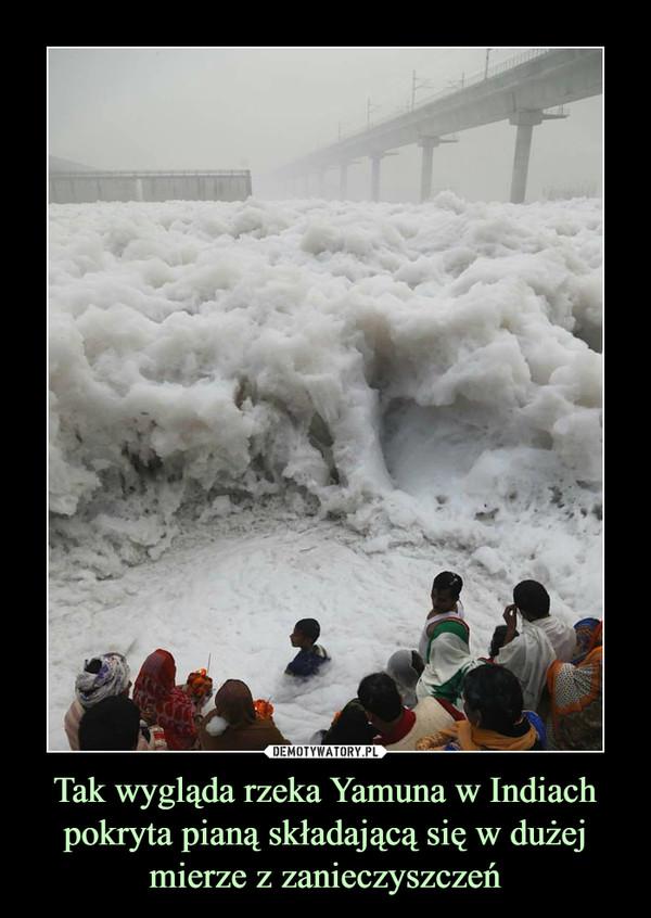 Tak wygląda rzeka Yamuna w Indiach pokryta pianą składającą się w dużej mierze z zanieczyszczeń –