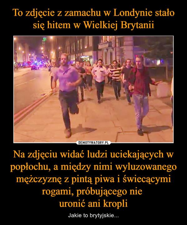 Na zdjęciu widać ludzi uciekających w popłochu, a między nimi wyluzowanego mężczyznę z pintą piwa i świecącymi rogami, próbującego nie uronić ani kropli – Jakie to brytyjskie...