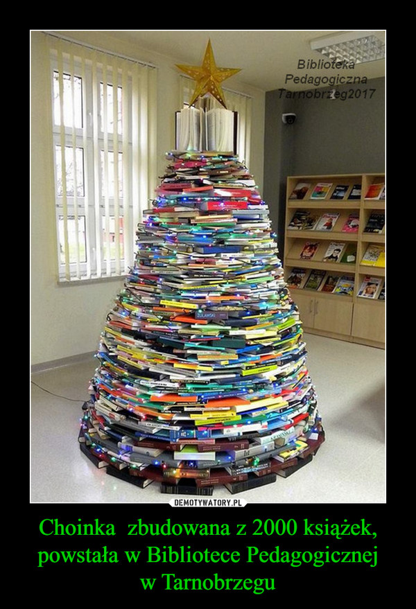 Choinka  zbudowana z 2000 książek, powstała w Bibliotece Pedagogicznejw Tarnobrzegu –