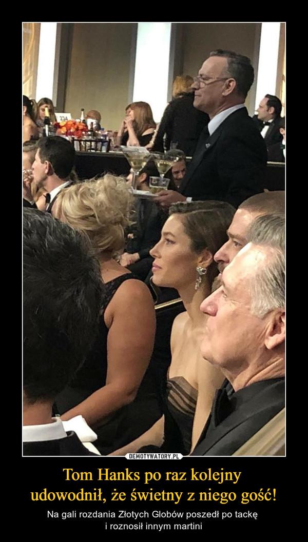 Tom Hanks po raz kolejny udowodnił, że świetny z niego gość! – Na gali rozdania Złotych Globów poszedł po tackę i roznosił innym martini
