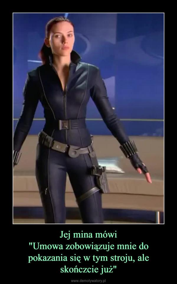 """Jej mina mówi""""Umowa zobowiązuje mnie do pokazania się w tym stroju, ale skończcie już"""" –"""