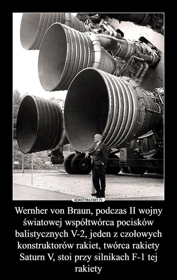 Wernher von Braun, podczas II wojny światowej współtwórca pocisków balistycznych V-2, jeden z czołowych konstruktorów rakiet, twórca rakiety Saturn V, stoi przy silnikach F-1 tej rakiety –