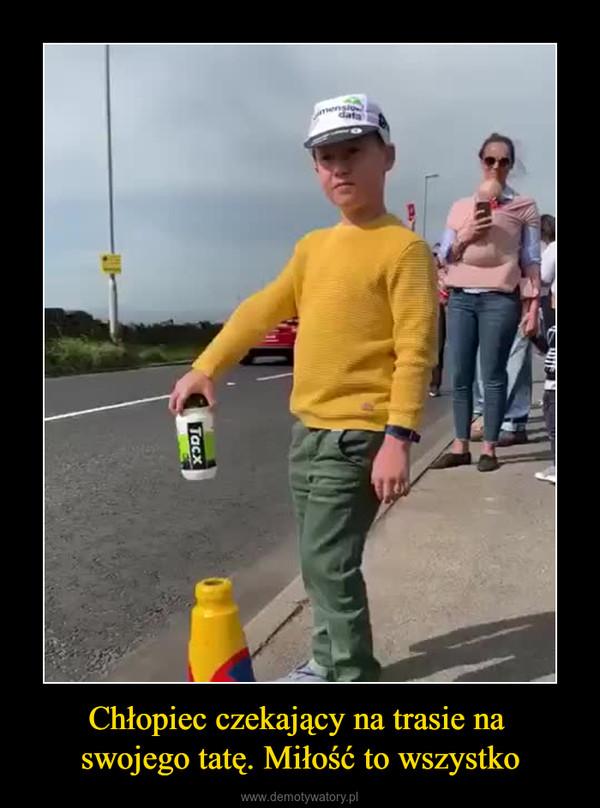 Chłopiec czekający na trasie na swojego tatę. Miłość to wszystko –