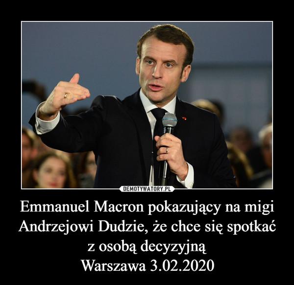 Emmanuel Macron pokazujący na migi Andrzejowi Dudzie, że chce się spotkać z osobą decyzyjnąWarszawa 3.02.2020 –