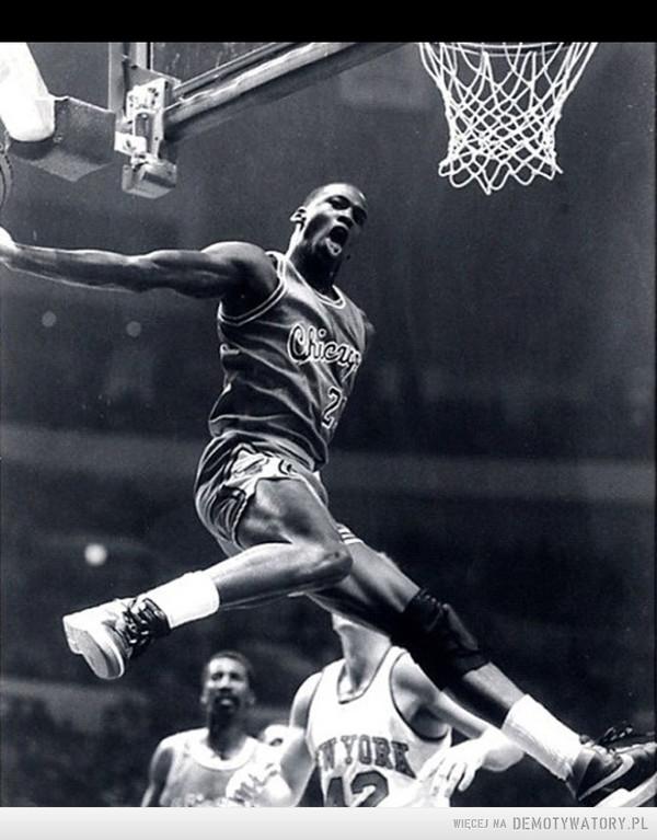 Znany koszykarz zginął dziś w trakcie powrotu z pożegnania Kobego Bryanta w wypadku samochodowym. –
