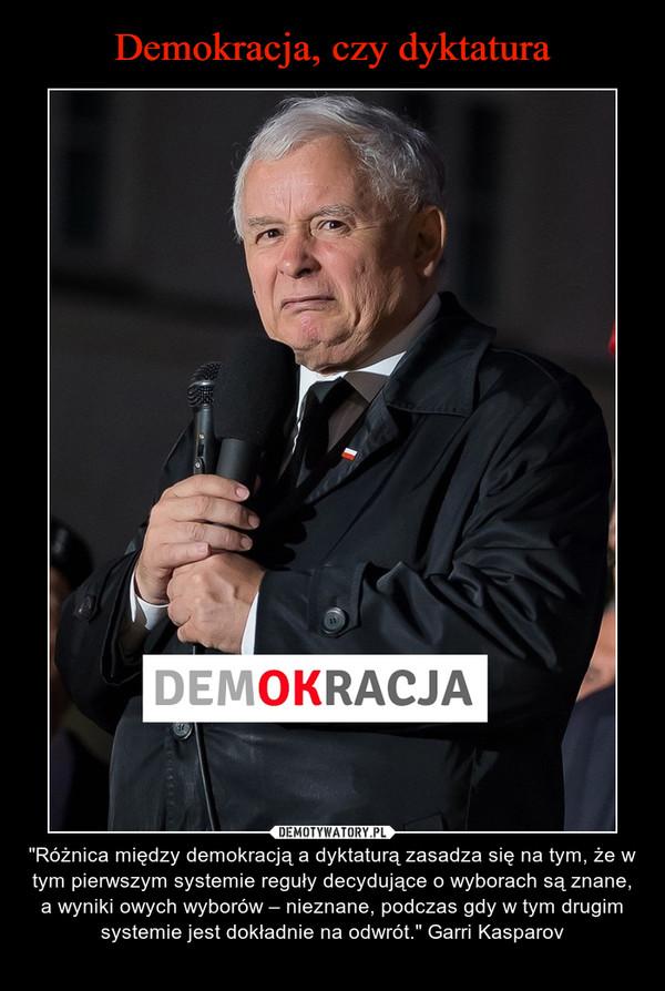 """– """"Różnica między demokracją a dyktaturą zasadza się na tym, że w tym pierwszym systemie reguły decydujące o wyborach są znane, a wyniki owych wyborów – nieznane, podczas gdy w tym drugim systemie jest dokładnie na odwrót."""" Garri Kasparov"""