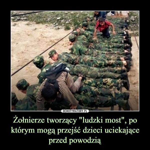 """Żołnierze tworzący """"ludzki most"""", po którym mogą przejść dzieci uciekająceprzed powodzią –"""